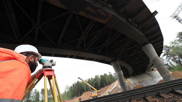 Рабочий на строительной площадке путепровода