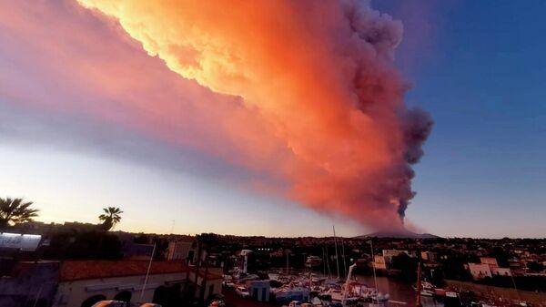 Извержение вулкана Этна в Италии. 16 февраля 2021