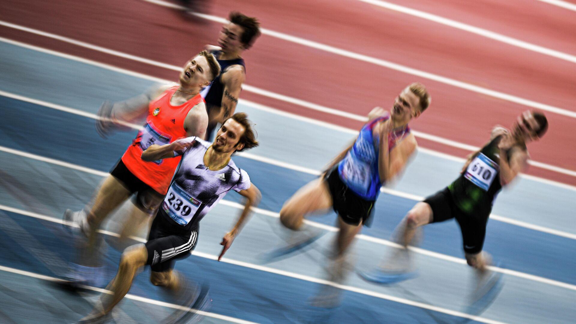 Спортсмены во время соревнований в беге на дистанции 400 метров на чемпионате России по легкой атлетике в помещении в Москве. - РИА Новости, 1920, 24.02.2021