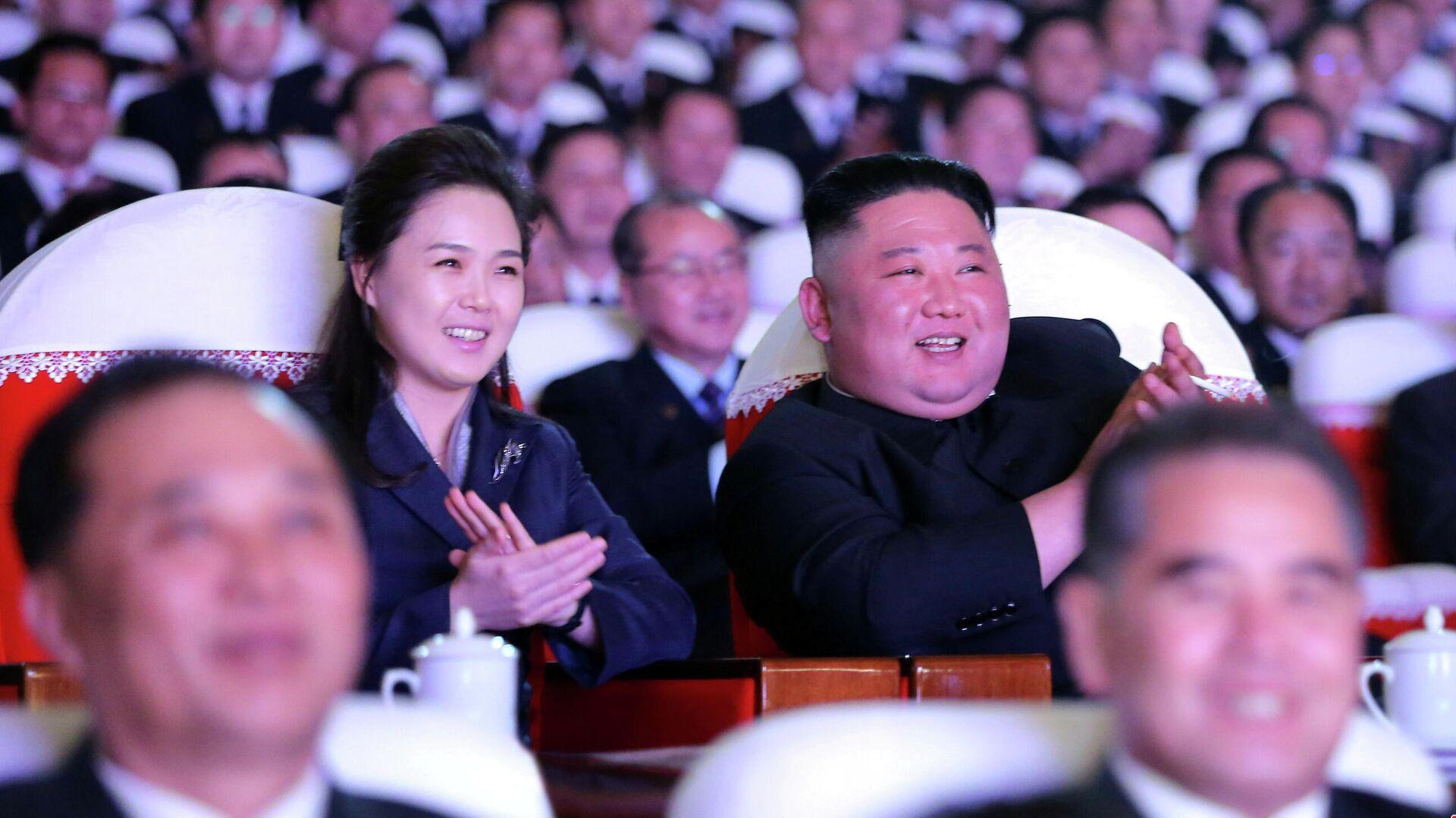 Ким Чен Ын с женой Ли Соль Чжу - РИА Новости, 1920, 17.02.2021