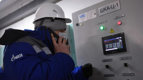 Сотрудник МОЭК во время работы на центрально тепловом пункте на улице Бехтерева в Москве