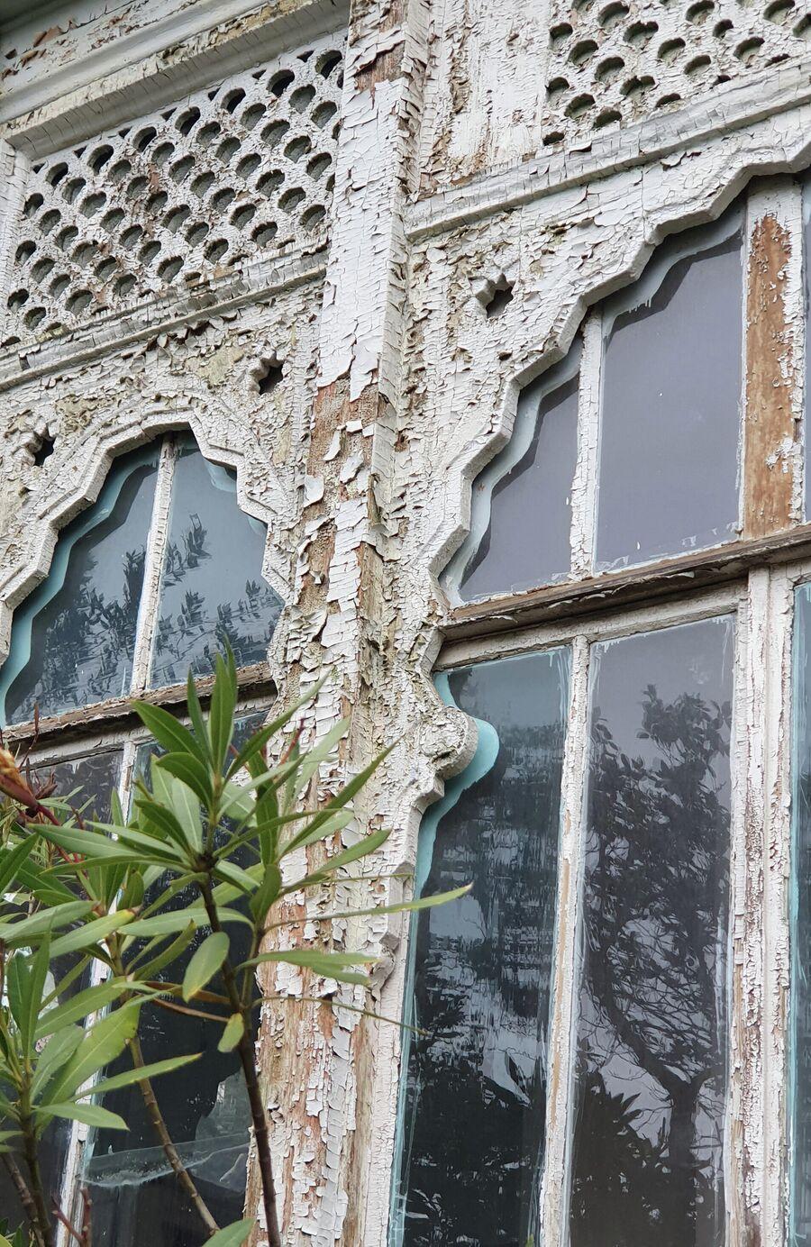 Фасад усадьбы с годами облупился