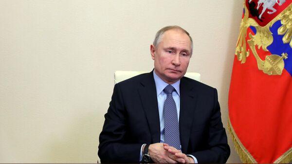 Президент РФ Владимир Путин проводит в режиме видеоконференции оперативное совещание с постоянными членами Совета безопасности РФ