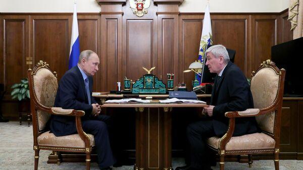 Президент РФ Владимир Путин и директор Федеральной службы по финансовому мониторингу Юрий Чиханчин