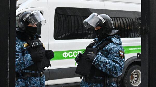 Сотрудники Федеральной службы служебных приставов у здания Бабушкинского районного суда