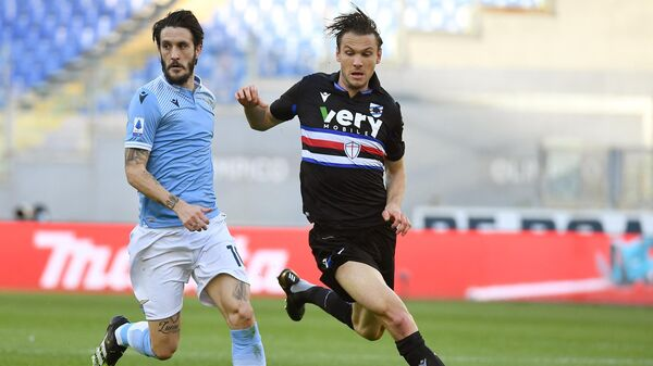 Lazio's Spanish midfielder Luis Alberto (L) fights for the ball with Sampdoria's Swedish midfielder Albin Ekdal during the Serie A football match between Lazio and Sampdoria on February 20, 2021 at the Olympic stadium in Rome. (Photo by Vincenzo PINTO / AFP)