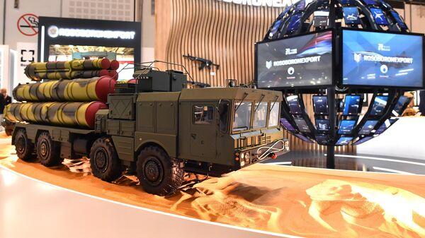 Макет зенитной ракетной системы С-400 Триумф на стенде Рособоронэкспорта выставки оборонной промышленности IDEX-2021 в Абу-Даби