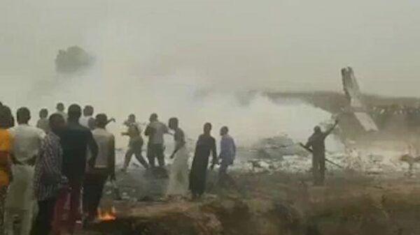 Военный самолет разбился около аэропорта столицы Нигерии. Кадры с места ЧП