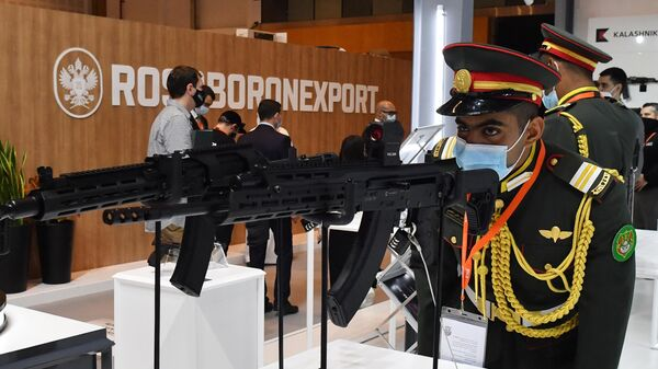 Посетитель рассматривает самозарядные карабины Сайга на выставке оборонной промышленности IDEX-2021 в Абу-Даби