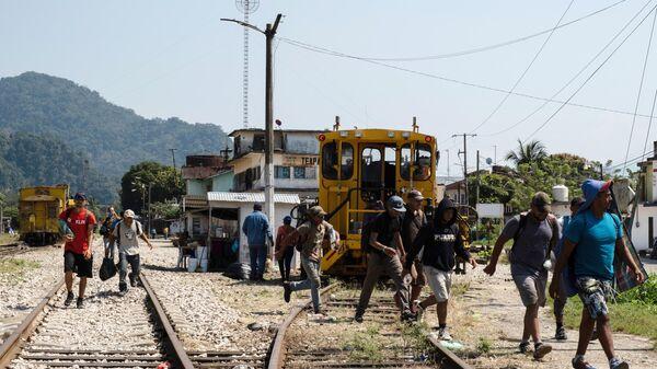 Мигранты из Гондураса в ожидании поезда до границы Мексики и США