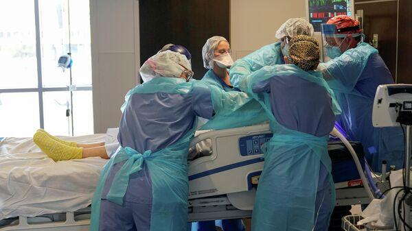 Медицинская бригада в отделении интенсивной терапии для пациентов с коронавирусом (COVID-19) больницы SSM Health St. Anthony в Оклахома-Сити, СЩА