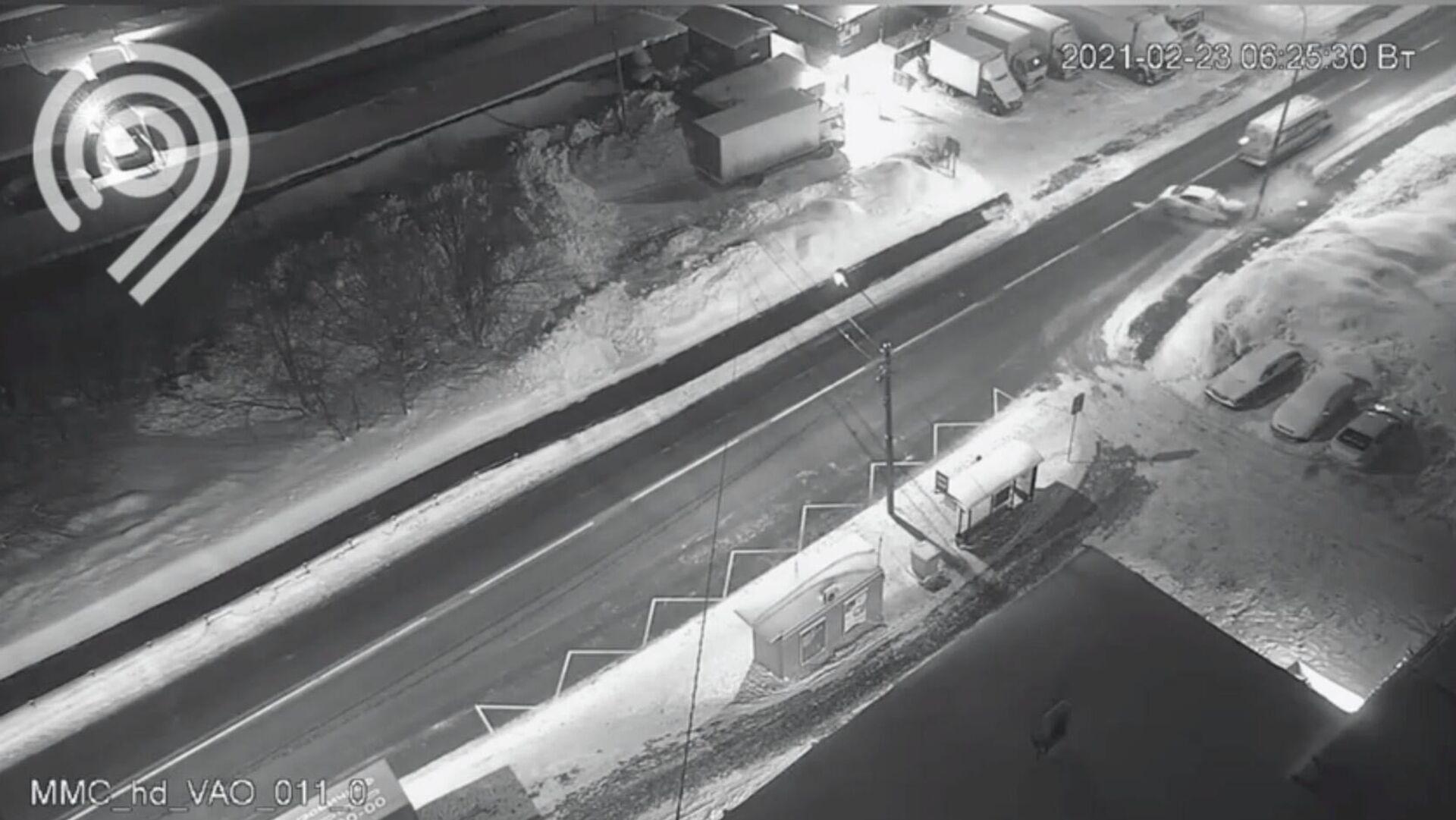 Автомобиль врезался в отбойник на улице Сталеваров в Москве - РИА Новости, 1920, 23.02.2021