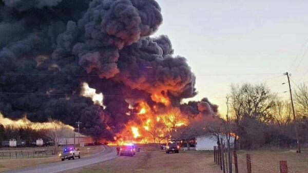 В Техасе при столкновении поезда с грузовиком прогремел взрыв