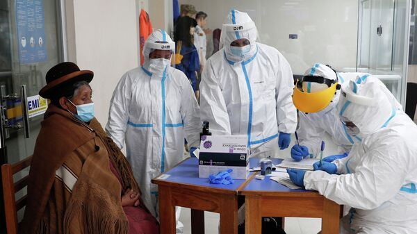 Медицинские работники берут тест на коронавирус в городе Ла-Пас, Боливия
