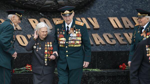 Ветераны Великой отечественной войны во время церемонии возложения венка к Ржевскому мемориалу Советскому солдату