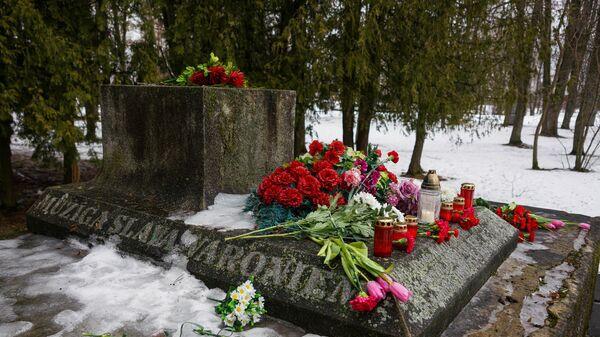 Мемориал освободителям и Героям Советского Союза в Крустпилсском парке в Екабпилсе
