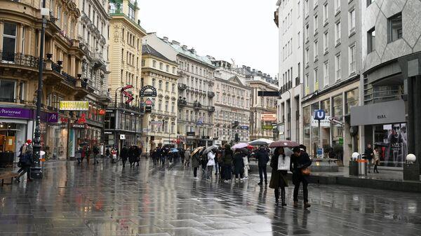 Прохожие на улице Кертнерштрассе в Вене