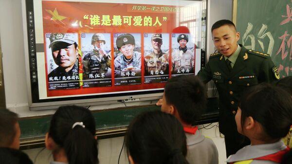 Стенд с фотографиями четверых убитых и одного раненого во время пограничного столкновения Китая с Индией в Гималаях в июне 2020 года