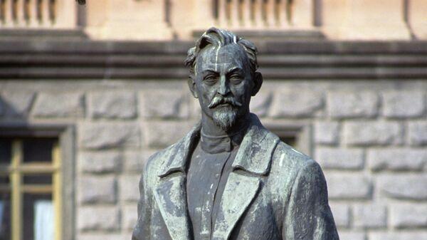Памятник Ф.Э. Дзержинскому у здания КГБ СССР на площади Дзержинского (Лубянская). 1991 год
