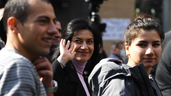 Супруга премьер-министра Армении Николы Пашиняна Анна Акопян, дочь Мариам Пашинян и сын Ашот Пашинян  во время митинга в Ереване