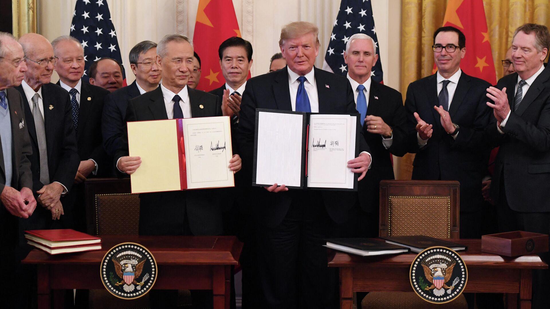 Вице-премьер Китая Лю Хэ и президент США Дональд Трамп после подписания первого пакета документов в рамках торгового соглашения в Вашингтоне - РИА Новости, 1920, 27.02.2021