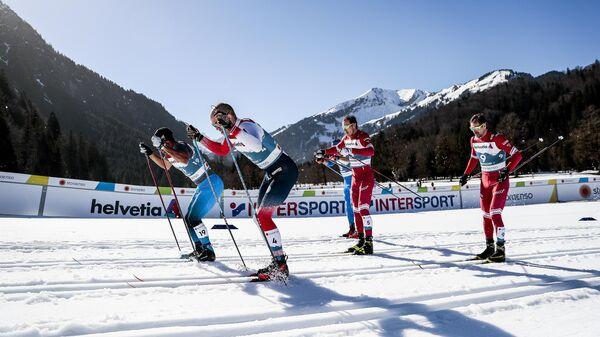 Слева направо в центре: Глеб Ретивых и Сергей Устюгов (Россия) на дистанции спринта свободным стилем в полуфинале соревнований по лыжным гонкам среди мужчин на чемпионате мира-2021 по лыжным видам спорта в немецком Оберстдорфе.
