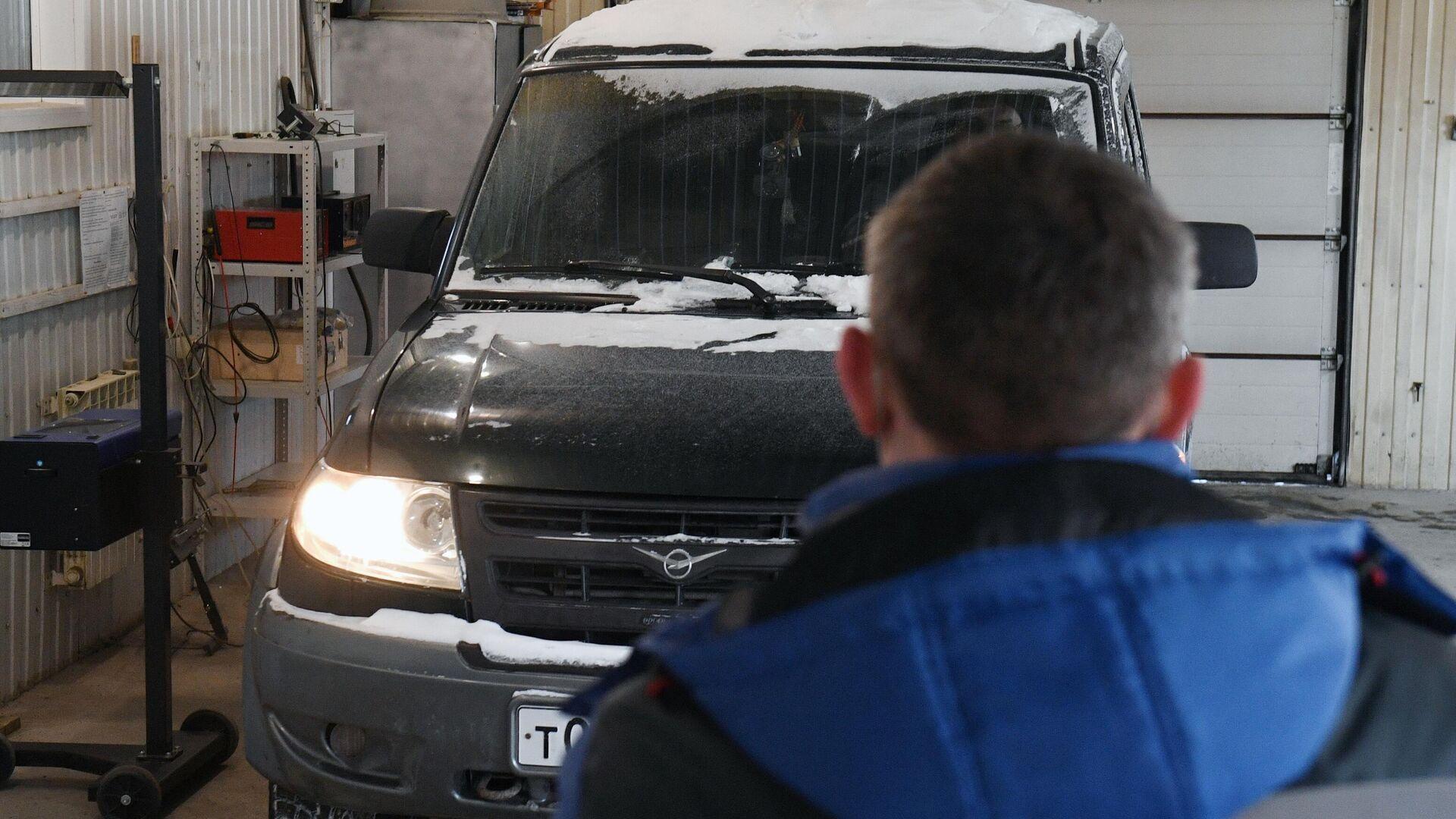 Технический эксперт проводит осмотр автомобиля на пункте технического осмотра  - РИА Новости, 1920, 01.05.2021
