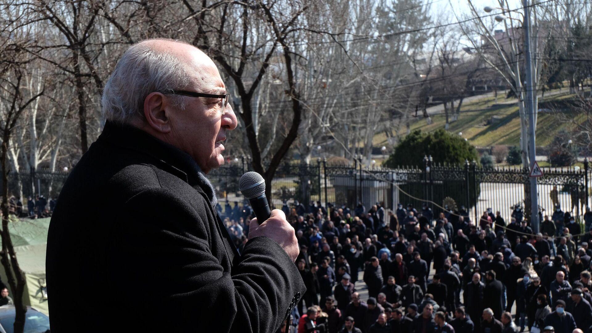 Лидер Движения по спасению Родины Вазген Манукян на митинге оппозиции у здания Национальной академии наук в Еревaне - РИА Новости, 1920, 27.02.2021