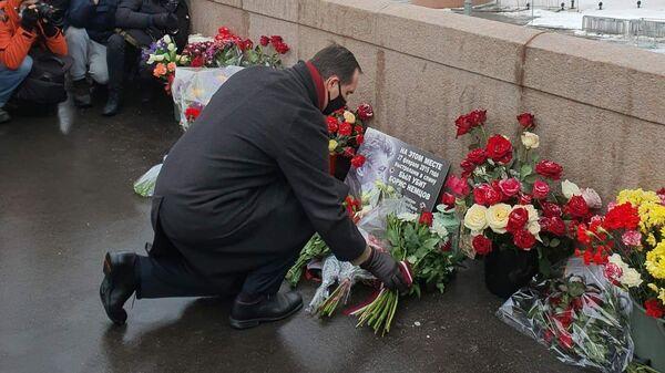 Посол Латвии Марис Риекстиньш вместе с другими представителями возложил цветы к Большому мосту через Москву, где ровно 6 лет назад был убит Борис Немцов