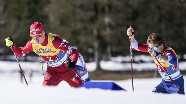 Слева – Александр Большунов (Россия) на дистанции командного спринта в полуфинале во время соревнований по лыжным гонкам среди мужчин на чемпионате мира-2021 по лыжным видам спорта в немецком Оберстдорфе.