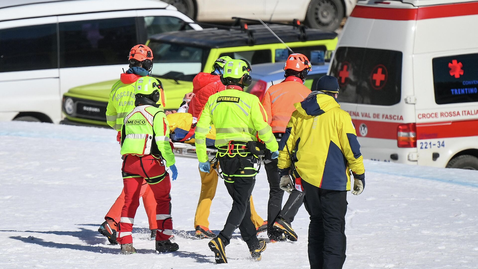 Norway's Kajsa Vickhoff Lie is evacuated by a medical team after her injury during the FIS Alpine Ski Women's World Cup Super G event, in Val di Fassa, northern Italy Alps, on February 28, 2021. (Photo by Marco BERTORELLO / AFP) - РИА Новости, 1920, 28.02.2021