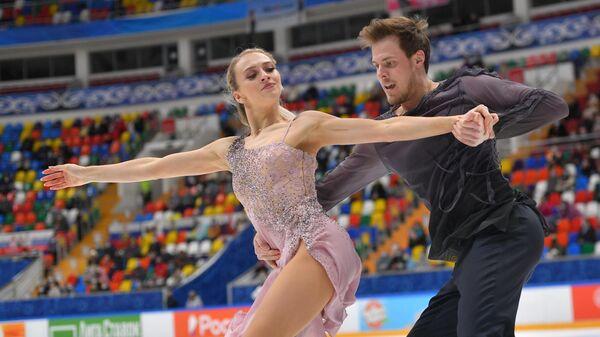 Виктрия Синицина и Никита Кацалапов выступают в произвольной программе на соревнованиях танцевальных дуэтов в финале Кубка России по фигурному катанию в Москве.