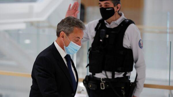 Бывший президент Франции Николя Саркози в здании суда после вынесения приговора