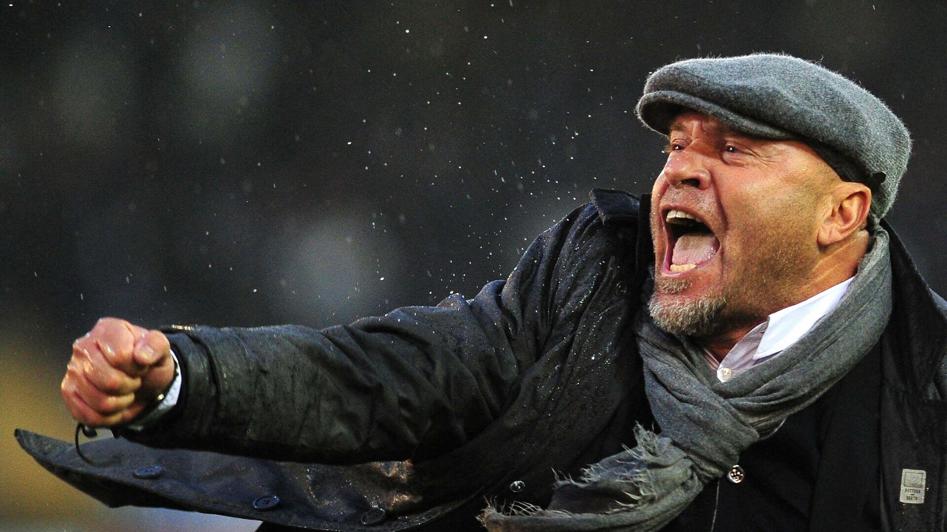 Lecce's coach Serse Cosmi celebrates at the end of the italian serie A football match Lecce vs InterMilan at Via del Mare stadium in Lecce on January 29, 2012. Lecce won the match 1-0.  AFP PHOTO / ALBERTO PIZZOLI (Photo by ALBERTO PIZZOLI / AFP) - РИА Новости, 1920, 02.03.2021