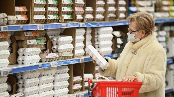 Отдел с куриными яйцами в гипермаркете