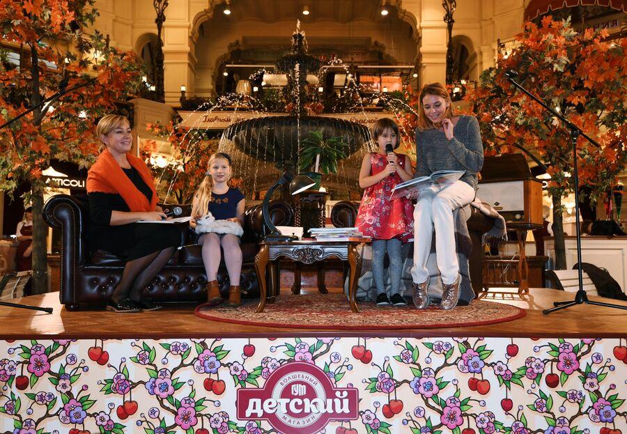 Телеведущая Арина Шарапова и актриса Любовь Толкалина с детьми на мероприятии в рамках выставки Дяде Стёпе - 80 в ГУМе в Москве