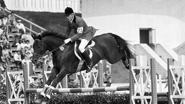 Серебряный призёр Олимпиады Александр Блинов на коне Галзуне прыгает через препятствие на соревнованиях по троеборью во время проведения XXII Олимпийских игр в Москве.