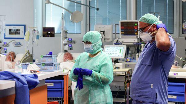 Медицинские работники в палате интенсивной терапии больницы в городе Брешиа, Италия
