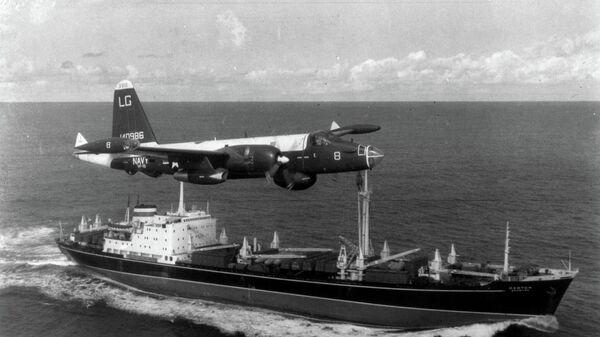 Самолет ВМС США преследует советское грузовое судно во время кубинского ракетного кризиса в 1962 году