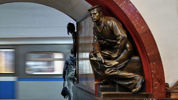 Фигура матрос-сигнальщик на станции метро Площадь революции в Москве