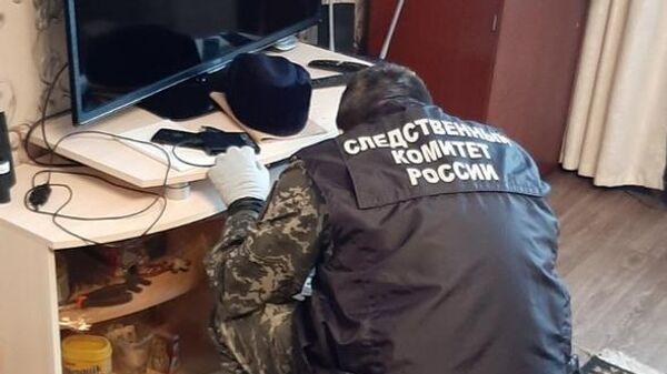 Сотрудник СК РФ на месте убийства в посёлке Октябрьский Пермского края