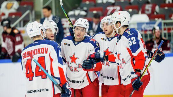 Канадский защитник ЦСКА Джон Гилмор (по центру)