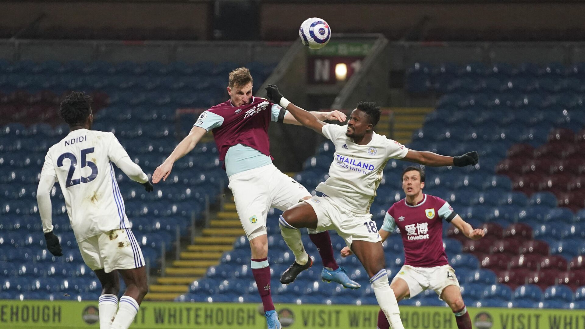 Burnley's New Zealand striker Chris Wood (2L) heads the ball as Leicester City's Ghanaian midfielder Daniel Amartey (2R) tries to defend during the English Premier League football match between Burnley and Leicester City at Turf Moor in Burnley, north west England on March 3, 2021. (Photo by Jon Super / POOL / AFP) / RESTRICTED TO EDITORIAL USE. No use with unauthorized audio, video, data, fixture lists, club/league logos or 'live' services. Online in-match use limited to 120 images. An additional 40 images may be used in extra time. No video emulation. Social media in-match use limited to 120 images. An additional 40 images may be used in extra time. No use in betting publications, games or single club/league/player publications. /  - РИА Новости, 1920, 03.03.2021