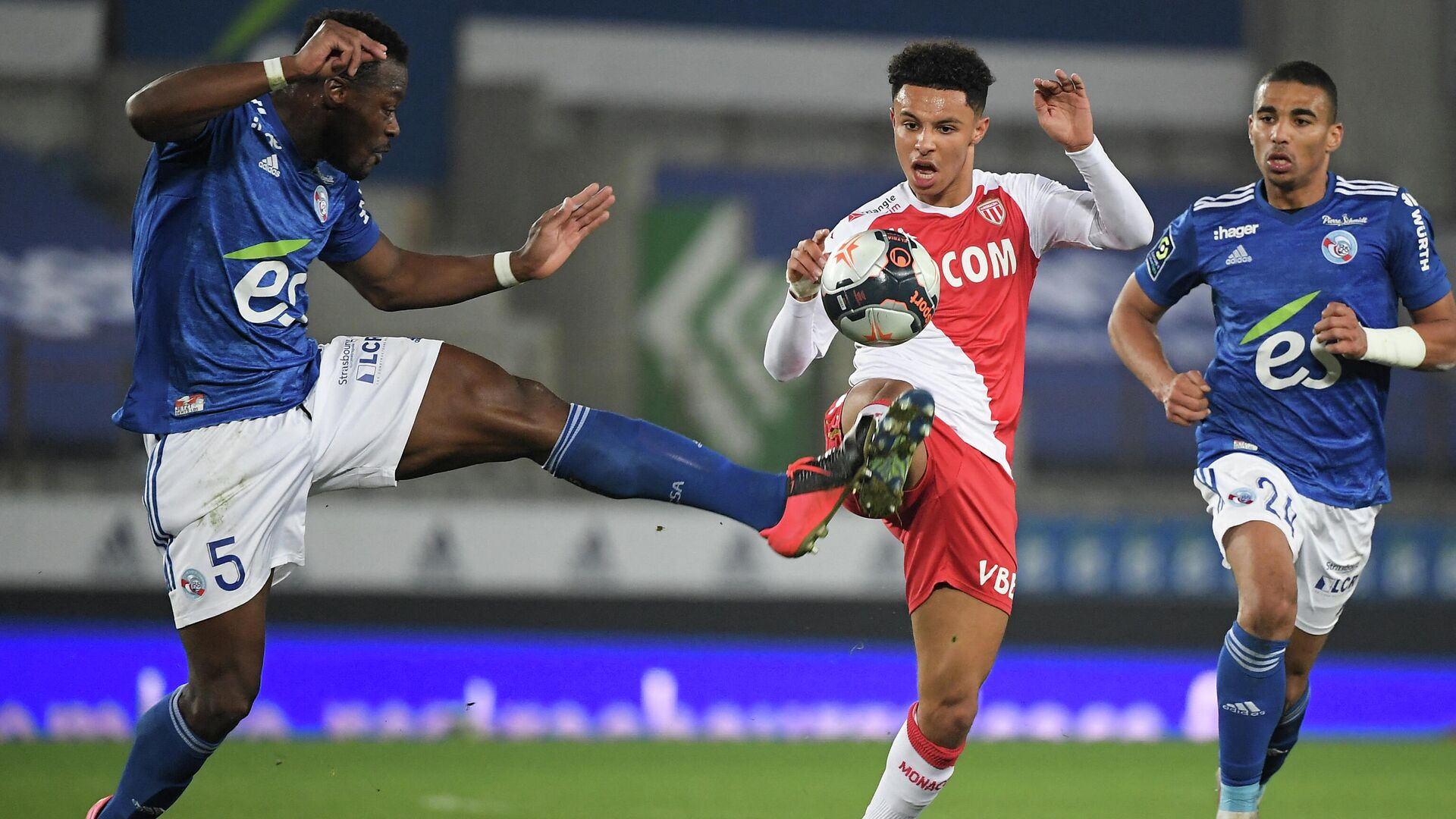Monaco's French midfielder Sofiane Diop (C) fights for the ball with Strasbourg's Ivorian defender Lamine Kone (L) during the French L1 football match between Racing Club Strasbourg Alsace and AS Monaco at the Meinau stadium in Strasbourg, eastern France on March 3, 2021. (Photo by Frederick FLORIN / AFP) - РИА Новости, 1920, 04.03.2021