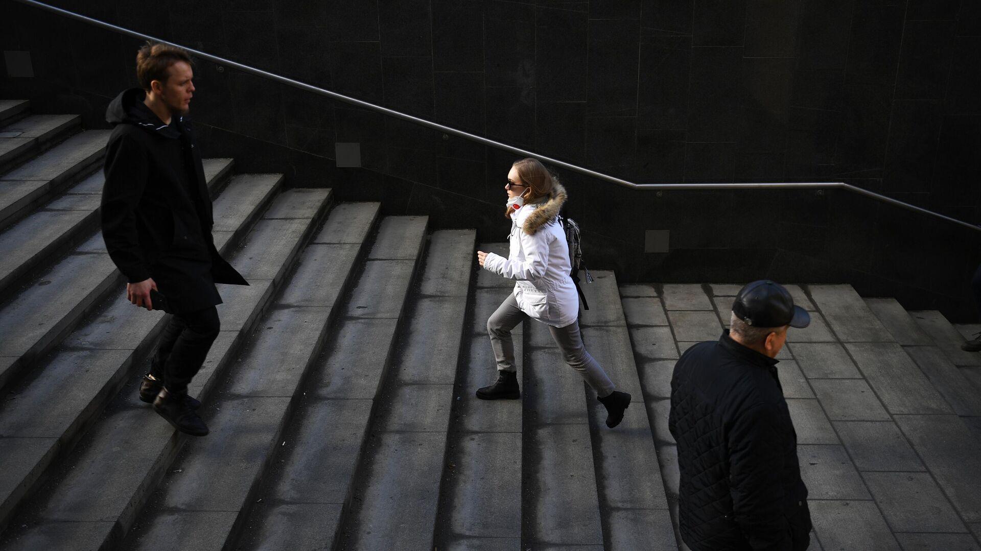 Прохожие у станции метро ВДНХ в Москве - РИА Новости, 1920, 06.03.2021