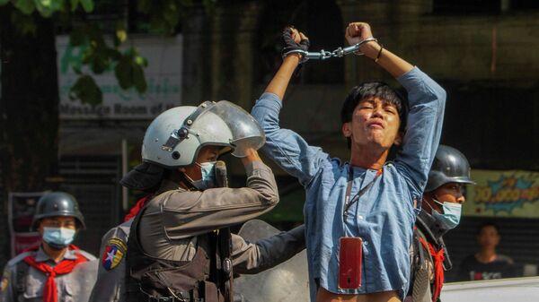 Акция протеста против военного переворота в Янгоне, Мьянма