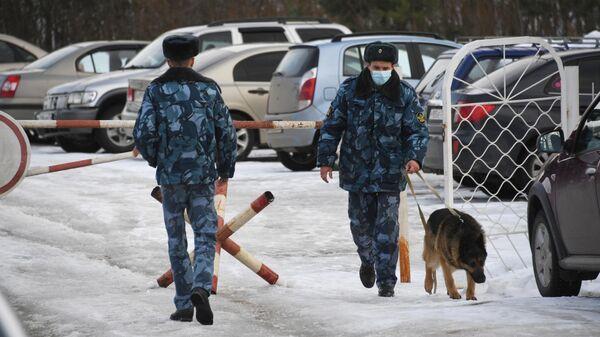 Сотрудники федеральной службы исполнения наказаний со служебной собакой у следственного изолятора №3 Кольчугино во Владимирской области