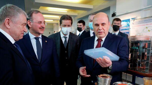 Председатель правительства РФ Михаил Мишустин во время посещения Института ядерной физики имени Г. И. Будкера в Новосибирске