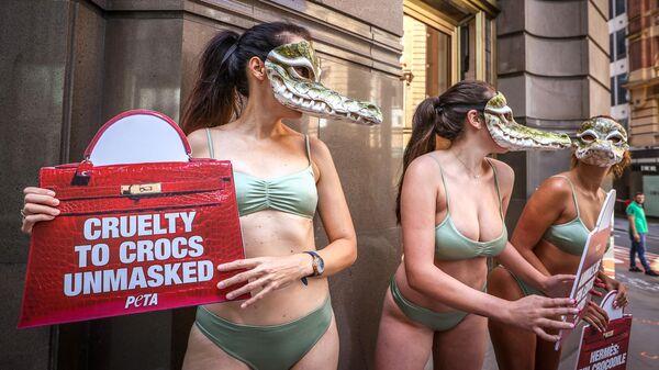 Активисты движения за права животных из организации PETA во время протеста около магазина Hermes в Сиднее