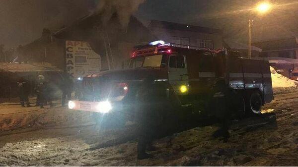Сотрудники МЧС на месте пожара в хостеле на улице Волочаевской в Новосибирске. 7 марта 2021